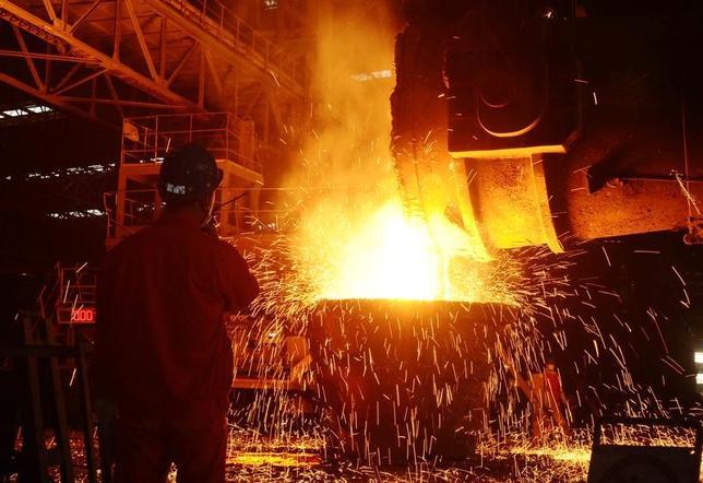 4月12日、中国国家統計局が発表した3月の生産者物価指数(PPI)上昇率は前年比7.6%で、市場予想と一致した。2月の7.8%から減速した。写真は鉄鋼工場で働く作業員。大連で2016年6月撮影。提供写真(2017年 ロイター)