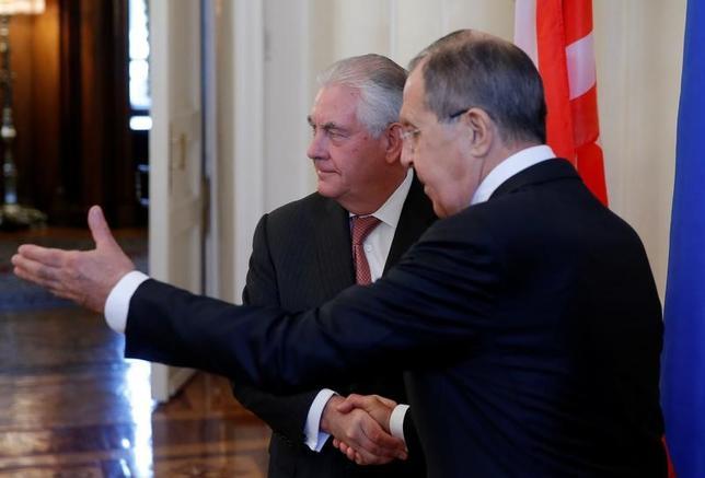 4月12日、米ロ外相会談がモスクワで始まった。ロシアのラブロフ外相(右)は会議の冒頭、米国によるシリアへのミサイル攻撃は違法と断じ、繰り返されないようにすることが重要と指摘した(2017年 ロイター/Maxim Shemetov)