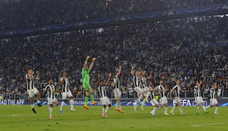 Football Soccer - Juventus v FC Barcelona - UEFA Champions League Quarter Final First Leg - Juventus Stadium, Turin, Italy - 11/4/17 Juventus players celebrate after the match  Reuters / Giorgio Perottino Livepic