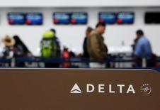 Delta Air Lines a annoncé mercredi un bénéfice trimestriel en baisse de 36,3% mais légèrement supérieur aux attentes des analystes. /Photo d'archives/REUTERS/Ginnette Riquelme