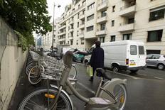 Le marché du Vélib', le système de vélos en libre-service de Paris et de sa proche banlieue, a été attribué officiellement mercredi au consortium Smoovengo, au détriment du groupe d'affichage et de publicité urbaine JCDecaux. /Photo d'archives/REUTERS/Charles Platiau