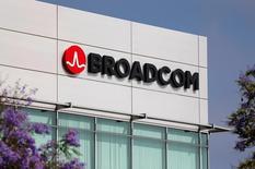 Broadcom a proposé 2.500 milliards de yens (21,5 milliards d'euros) pour le pôle mémoires de Toshiba, l'offre la plus élevée de la dizaine de participants au premier tour de l'appel d'offres. /Photo d'archives/REUTERS/Mike Blake