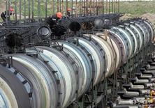 Цистерны на нефтяном терминале Роснефти в Архангельске 30 мая 2007 года. Цены на нефть немного снизились на вечерних торгах в среду из-за роста добычи сланцев в США и несмотря на поддержку Саудовской Аравией идеи продлить глобальный пакт. REUTERS/Sergei Karpukhin