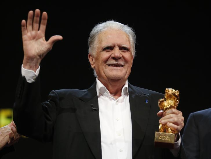German cinematographer Michael Ballhaus waves as he holds an Honorary Golden Bear for his lifetime achievement before the screeening of the movie 'Gangs of New York' at the 66th Berlinale International Film Festival in Berlin, Germany, February 18, 2016.        REUTERS/Fabrizio Bensch