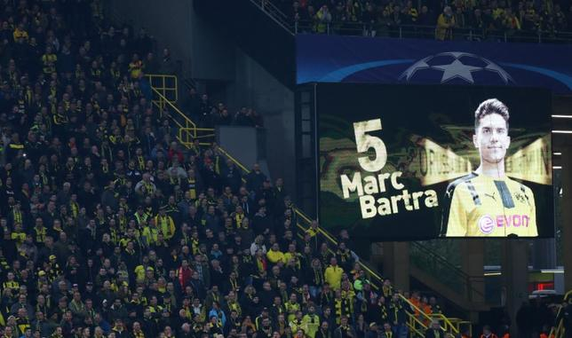 4月12日、サッカーのドイツ1部ブンデスリーガ、ドルトムントに所属し、11日の爆発事件で手首を骨折し腕を負傷したDFマルク・バルトラが、手術後の経過は良好と報告した。写真は12日の試合でスクリーンに映し出されたバルトラへの応援メッセージ(2017年 ロイター)