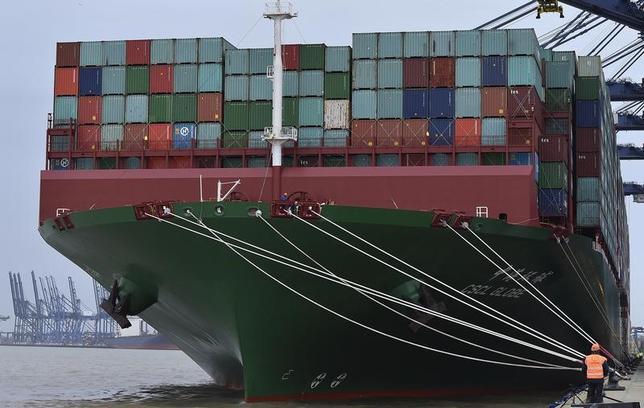 4月13日、英商工会議所(BCC)の調査によると、英製造業の第1・四半期の輸出は、約2年ぶりの大幅な伸びとなった。サービス部門でも回復がみられ、売上高の伸びは昨年6月の国民投票以降で最大となった。写真はイギリスのフェリックストーにある港湾で2015年1月撮影(2017年 ロイター/Toby Melville)