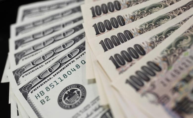 资料图片:2011年8月,日元和美元纸币。REUTERS/Yuriko Nakao