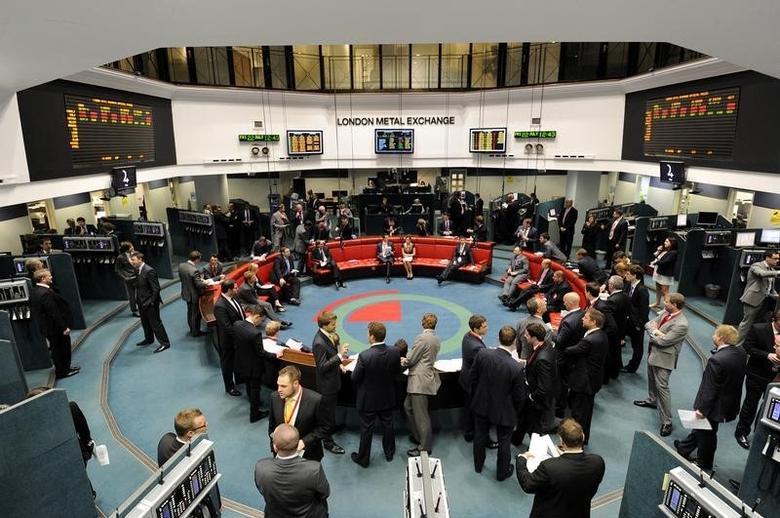 资料图片:2011年7月,伦敦金属交易所(LME)内的工作场景。REUTERS/Paul Hackett