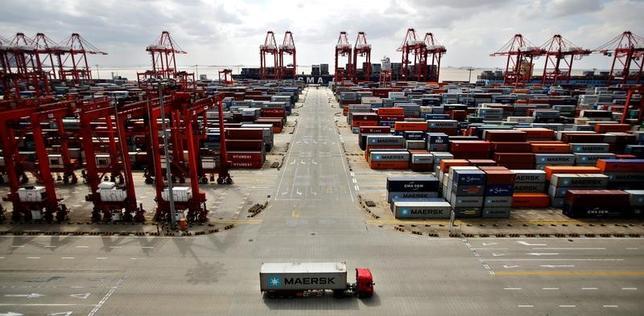 4月13日、中国税関総署が公表した3月の貿易統計は、輸出と輸入ともにアナリスト予想を超える伸びを示し、貿易黒字も予想を大きく上回った。写真は上海自由貿易区にある洋山深水港で2013年9月撮影(2017年 ロイター/Carlos Barria)