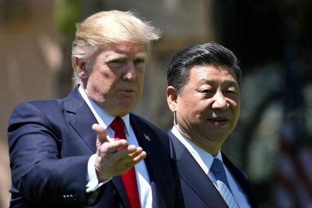 4月12日、米国のトランプ大統領(写真左)が就任から3カ月足らずで、対外政策を急転換している。写真は7日、米フロリダ州で中国の習近平国家主席と会談した際に撮影(2017年 ロイター/Carlos Barria)