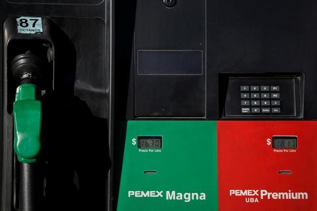 4月13日、国際エネルギー機関は、世界の原油市場は需給均衡の状態に近づいているとの見方を示した。メキシコ市のガソリンスタンド、2月撮影(2017年 ロイター/Jose Luis Gonzalez)