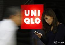 Логотип Uniqlo у магазина ритейлера в Токио 7 октября 2014 года. Японская компания Fast Retailing, владелец ритейлера одежды Uniqlo, в четверг отчиталась о росте операционной прибыли во втором квартале финансового года на 80 процентов, который оказался больше, чем ожидалось, поскольку усилия компании, направленные на улучшение маржи, позволили компенсировать низкие показатели выручки. REUTERS/Yuya Shino