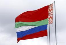 Флаги Белоруссии и России на строительстве АЭС под Островцом 19 апреля 2016 года. Газпром сообщил в четверг, что Белоруссия полностью погасила долг перед Россией за поставки газа в 2016-2017 годах, заплатив $726,2 миллиона. REUTERS/Vasily Fedosenko