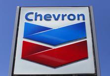Chevron étudie la vente de sa participation de 20% dans le gisement canadien Athabasca Oil Sands, laquelle pourrait lui rapporter environ 2,5 milliards de dollars (2,35 milliards d'euros), a-t-on appris jeudi de sources au fait de la situation. /Photo d'archives/REUTERS/Mike Blake