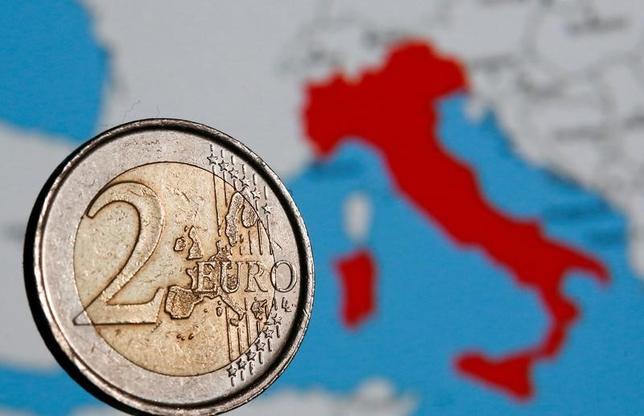 4月12日、ユーロ圏の存続を脅かす最大の要因はもはや、ギリシャやポルトガルといった小規模な周縁国ではなく、圏内第3の経済大国であるイタリアがユーロに背を向ける可能性かもしれない。写真はユーロ硬貨と地図。ローマで2月撮影(2017年 ロイター/Tony Gentile)