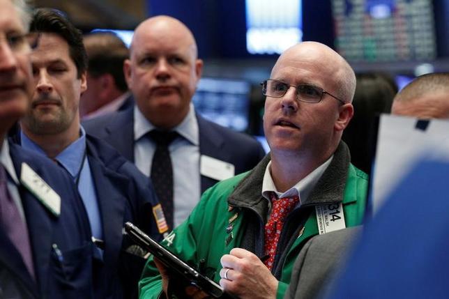 4月13日、17日からの週の米株式市場では、ハイテク関連企業の決算に注目が集まっている。写真はニューヨーク証券取引所で撮影(2017年 ロイター/Brendan McDermid)