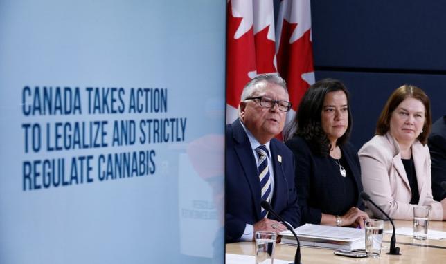 4月13日、カナダ政府は、2018年7月までに嗜好(しこう)用大麻(マリフアナ)の使用を合法化するため、法案を提出した。国家レベルでの合法化としては、カナダが主要7カ国(G7)初となる。写真は記者会見するフィルポット保健相(右)ら大臣(2017年 ロイター/Chris Wattie)