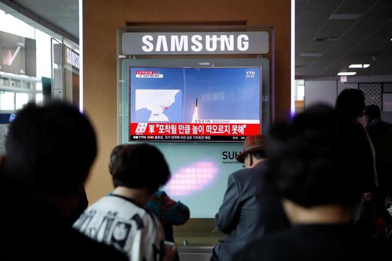 People watch a TV broadcasting a news report on North Korea's failed missile launch from its east coast, at a railway station in Seoul, South Korea, April 16, 2017.   REUTERS/Kim Hong-Ji