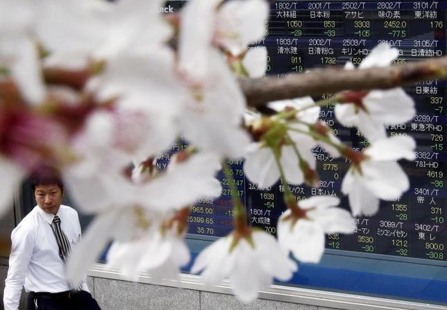 4月17日、今週の東京株式市場は軟調な展開が見込まれる。米国や北朝鮮の動向を巡り、引き続き地政学リスクが相場の重しとなりそうだ。都内で2016年4月撮影(2017年 ロイター/Issei Kato)