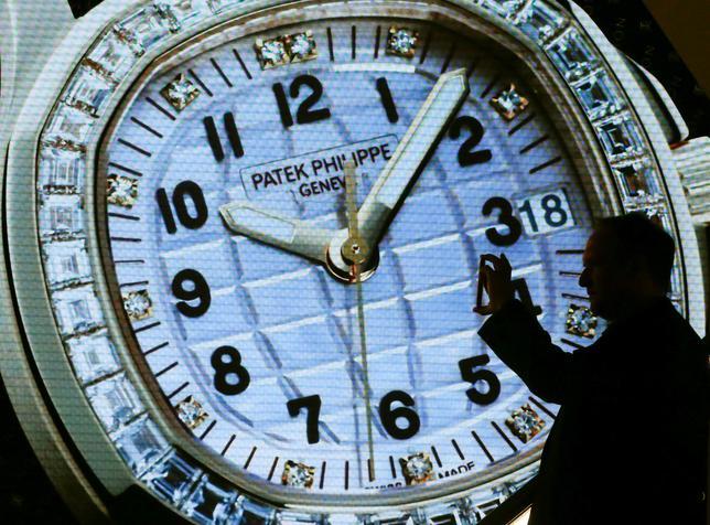4月12日、スイスの腕時計メーカーは「グレーマーケット(灰色市場)」に対し、大幅な値引きは高級感を損ねると嫌悪感を露わにするが、各ブランドは密かにグレーマーケット業者との連携を開始せざるを得なくなっている。写真はベーゼルの展示会でのパテック・フィリップのディスプレー。3月撮影(2017年 ロイター/Arnd Wiegmann)