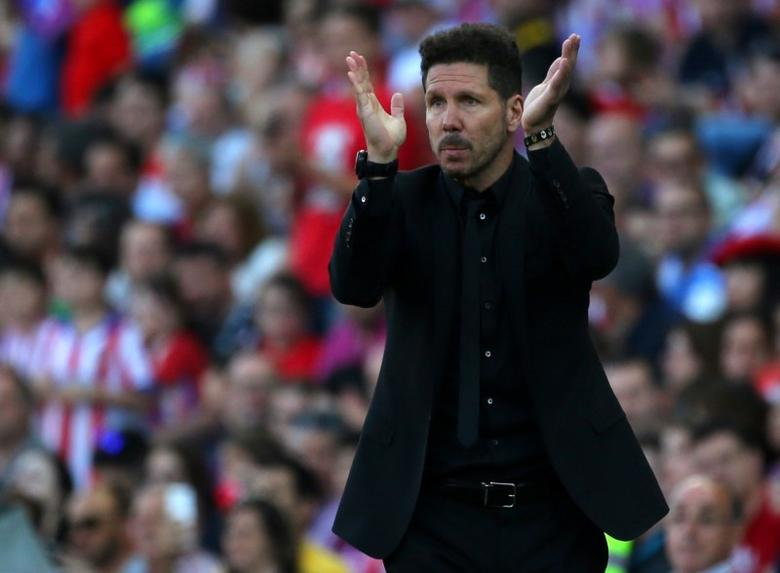 Football Soccer -  Atletico Madrid  v Osasuna - Spanish La Liga Santander  -Vicente Calderon stadium, Madrid, Spain - 15/04/17 Atletico Madrid's coach Diego Simeone during the match.REUTERS/Javier Barbancho