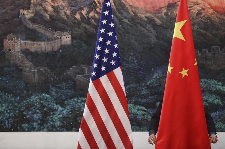 资料图片:2012年9月,北京,人民大会堂中美记者会现场摆放的两国国旗。REUTERS/Feng Li