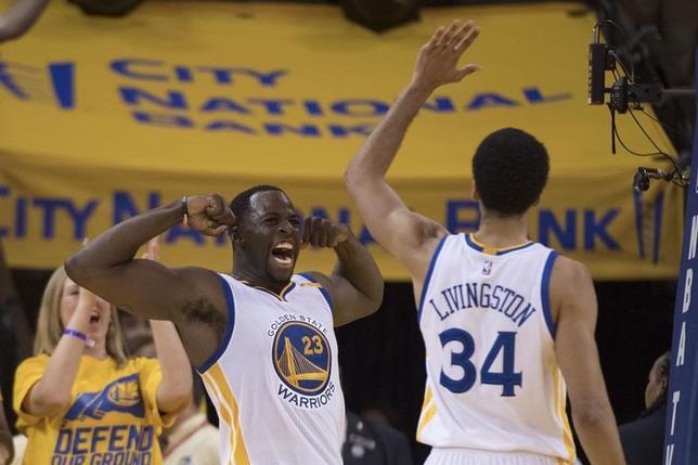 4月16日、米プロバスケットボール協会(NBA)は、各地でプレーオフ1回戦(7回戦制)を行い、西カンファレンス1位のウォリアーズは同8位のブレーザーズに121─109で勝利を収めた(2017年 ロイター/Kyle Terada-USA TODAY Sports)