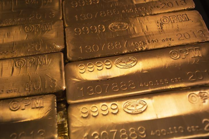 24 karat gold bars are seen at the United States West Point Mint facility in West Point, New York June 5, 2013.  REUTERS/Shannon Stapleton/Files
