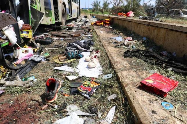 4月16日、シリア内戦の激戦地である北部アレッポ郊外で15日、住民らを乗せたバスの車列に対する爆弾攻撃があった。うち60人以上は子どもだという(2017年 ロイター/Ammar Abdullah)