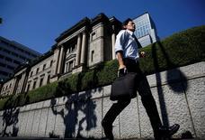 La Banque du Japon (photo) débat en interne des outils qu'elle utilisera quand elle aura mis fin à son programme de soutien massif à l'économie, déclare son vice-gouverneur Hiroshi Nakaso dans une interview publiée lundi par l'agence de presse Jiji.  /Photo d'archives/REUTERS/Kim Kyung-Hoon