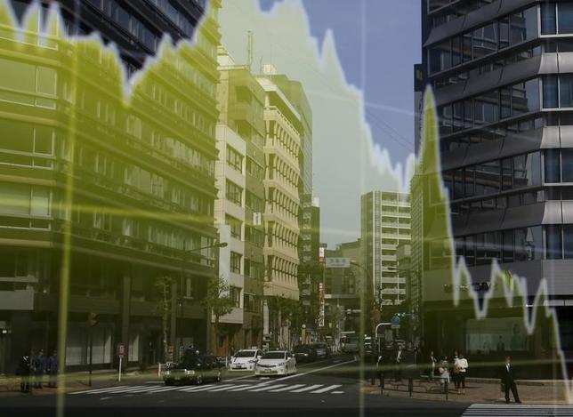 4月18日、寄り付きの東京株式市場で、日経平均株価は前日比142円12銭高の1万8497円38銭となり、続伸して始まった。都内で昨年4月撮影(2017年 ロイター/Toru Hanai)