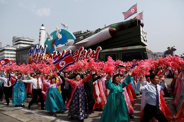 4月17日、北朝鮮の外務次官は、定期的にミサイル発射実験を続ける方針を示した。写真は、平壌で行われた軍事パレード。15日撮影(2017年 ロイター/Damir Sagolj)