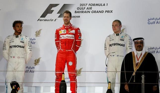 4月17日、自動車レースF1のメルセデスは、フェラーリのセバスチャン・フェテル(中央)に対抗するために、ルイス・ハミルトン(左)を優先するチームオーダーを復活させる可能性を示唆した。バーレーンで16日撮影(2017年 ロイター/Hamad I Mohammed)