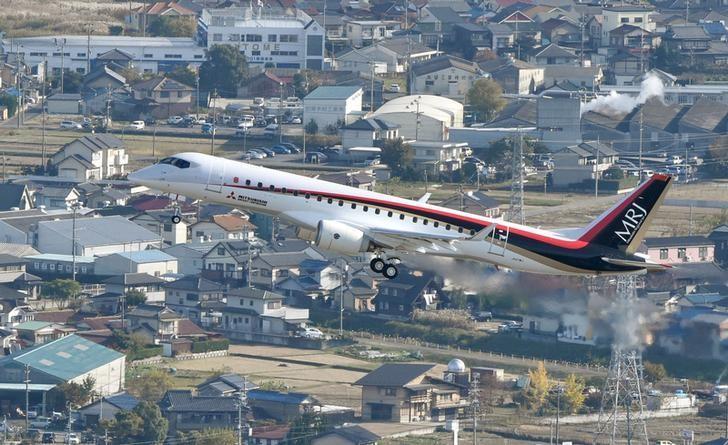 资料图片:2015年11月共同社发布的图片,显示三菱支线客机试飞。REUTERS/Kyodo