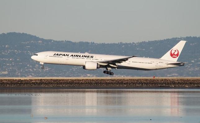 4月18日、日本航空と仏ダッソー・アビエーション傘下のビジネスジェットオペレーター、ダッソー・ファルコン・サービスは、ビジネスジェットのチャーターサービスで提携すると発表した。写真は日航の機体。サンフランシスコで2015年2月撮影(2017年 ロイター/Louis Nastro)