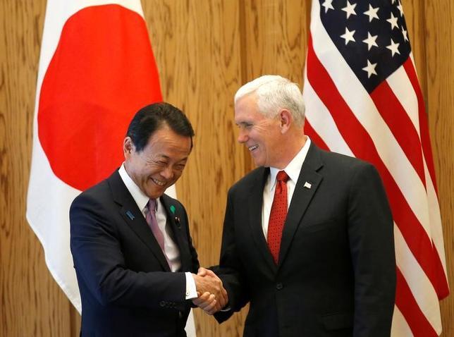 4月18日、麻生太郎副総理(左)と米国のペンス副大統領(右)は、首相官邸で第1回の日米経済対話を開いた。麻生氏は冒頭、日米経済関係は「これまで摩擦という言葉が象徴されていたが、それは遠い過去になり、今は協力という時代になりつつある」と指摘した。写真は首相官邸で撮影(2017年 ロイター/Kim Kyung Hoon)