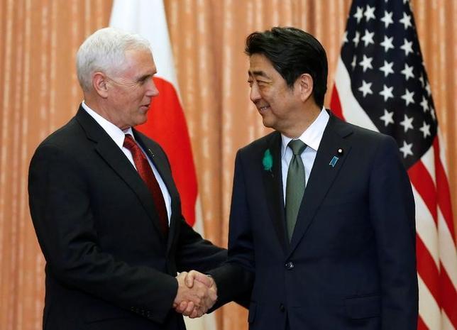 4月18日、安倍晋三首相は、来日中のペンス米副大統領と会談し、緊迫する北朝鮮情勢をはじめ幅広いテーマで意見交換した。この席でペンス副大統領は、米国が日本国民の直面している困難な局面を理解し「100%ともにある」と指摘。日米同盟の強固さを強調した。写真は首相官邸で撮影(2017年 ロイター/Kim Kyung Hoon)