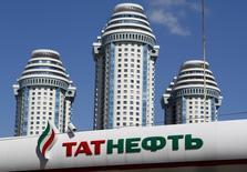 Логотип Татнефти на автозаправочной станции в Москве. Добыча российской нефтяной компании Татнефть увеличится в 2017 году на 0,5 миллиона тонн по сравнению с прошлым годом, если пакт стран ОПЕК и нескольких не входящих в картель стран не будет продлён на вторую половину 2017 года, сказал Рейтер заместитель генерального директора по разработке и добыче нефти и газа Рустам Халимов.   REUTERS/Maxim Shemetov (RUSSIA  - Tags: BUSINESS ENERGY BUSINESS LOGO)