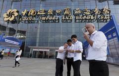 Si la hausse des coûts de production et l'augmentation des salaires préoccupent les exportateurs chinois, Donald Trump est également au coeur des conversations qui animent les allées de la Foire de Canton, la plus grande manifestation commerciale en Chine. /Photo d'archives/REUTERS/Bobby Yip