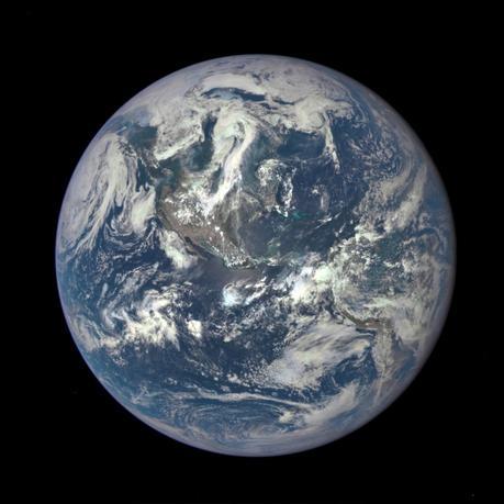 4月18日、米航空宇宙局(NASA)の科学者らは、推定直径600─1400メートルの大型小惑星「2014 J025」が19日、地球から約180万キロの近距離を通過するが、影響を及ぼす恐れはないと発表した。写真は2015年7月NASA提供の地球のEPIC画象(2017年 ロイター)
