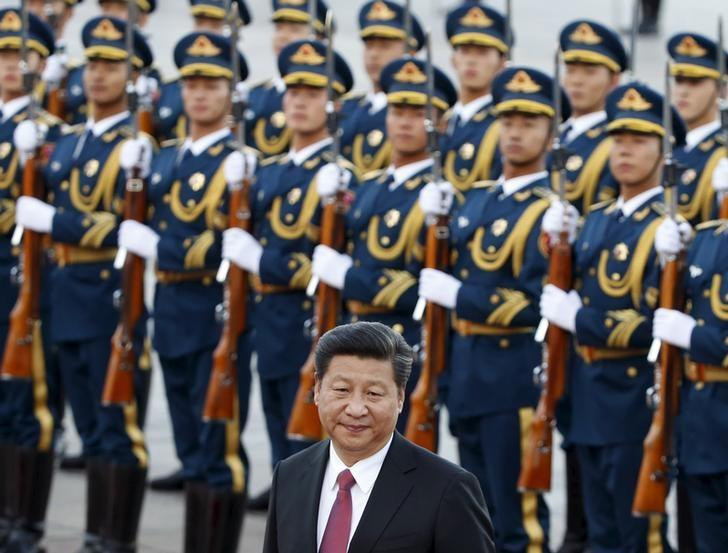 China's President Xi Jinping inspects honour guards during the welcoming ceremony for Netherlands' King Willem-Alexander outside the Great Hall of the People in Beijing, October 26, 2015. REUTERS/Kim Kyung-Hoon