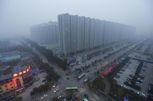 4月18日、中国国家発展改革委員会(NDRC)の寧吉哲副主任は、中小規模都市の多くで、住宅の供給過剰の解消が続くとの見通しを示した。写真は河北省燕郊镇の住宅群。2015年11月撮影(2017年 ロイター/Jason Lee)