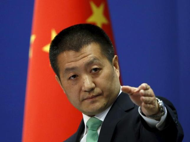 4月19日、中国外務省の陸慷報道官は定例記者会見で、追加的なミサイル実験や核戦争の可能性に関する最近の北朝鮮高官らの発言を深刻に懸念していると述べた。写真は同報道官。2015年10月北京で撮影(2017年 ロイター/KIM KYUNG-HOON)
