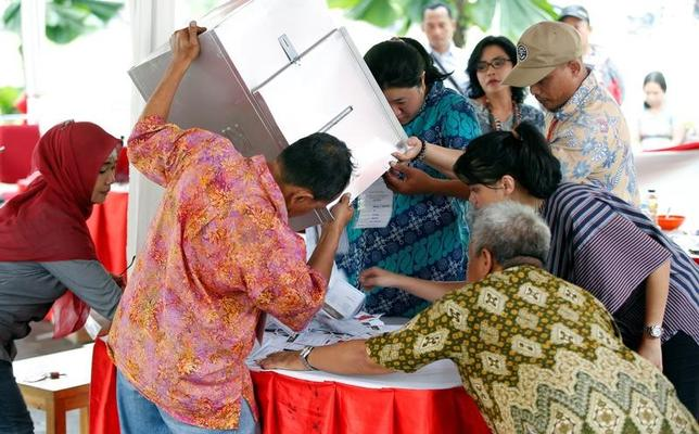 4がつ19日、インドネシアのジャカルタ特別州で知事選の決選投票が行われた。開票を行う選管委員ら(2017年 ロイター/Darren Whiteside)