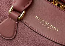 """Сумка Burberry. Британский ритейлер одежды и аксессуаров премиум-класса Burberry отчитался о небольшом снижении темпов роста сопоставимых продаж в четвертом квартале из-за сложных условий в США, повлиявших на """"исключительные"""" показатели деятельности на внутреннем рынке.   REUTERS/Toby Melville/File Photo"""