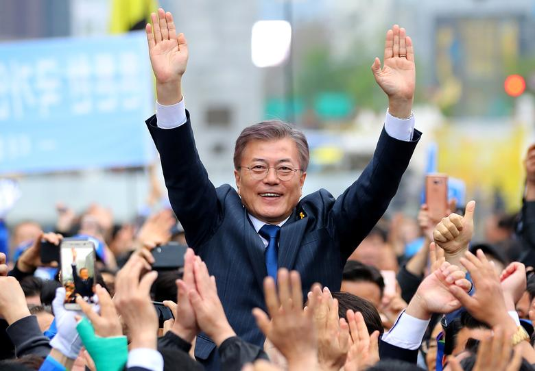 South Korea's Presidential candidate Moon Jae-in from Democratic Party attends an election campaign rally in Seoul, South Korea, April 17, 2017. Picture taken on April 17, 2017.   Hwang Kwang-mo/Yonhap via REUTERS