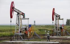 Нефтяные насосы на месторождении Бузовязовское. Цены на нефть остаются в небольшом минусе на вечерних торгах в среду, несмотря на слова генсека ОПЕК о приверженности группы глобальному пакту о сокращении добычи. REUTERS/Sergei Karpukhin/File Photo    To match story RUSSIA-BASHNEFT/