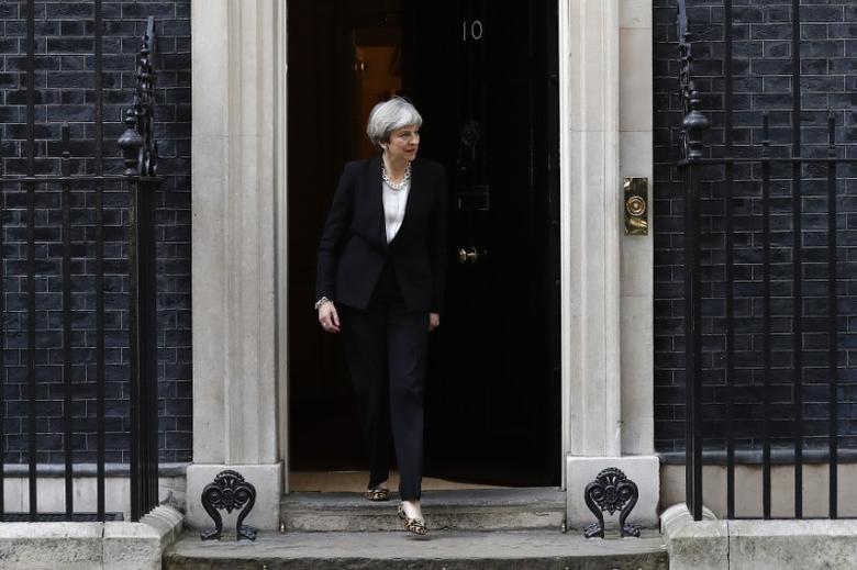 Britain's Prime Minister Theresa May prepares to greet Ukrainian President Petro Poroshenko in Downing Street, in central London, Britain April 19, 2017.  REUTERS/Stefan Wermuth