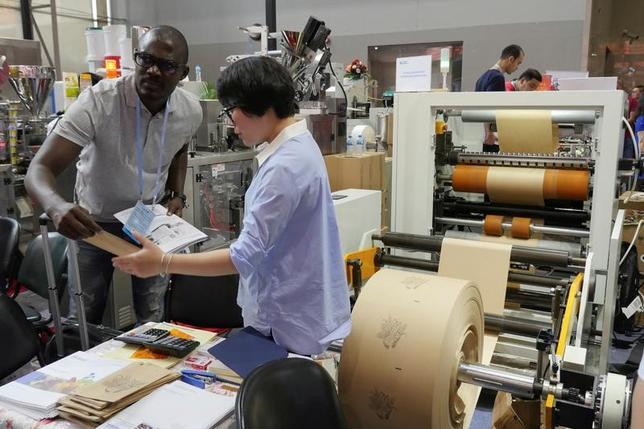 4月18日、中国最大の見本市「中国輸出入商品交易会(広州交易会)」が広州市で開催されている。参加企業には、トランプ米政権への不安が渦巻く。広州で撮影(2017年 ロイター/Venus Wu)