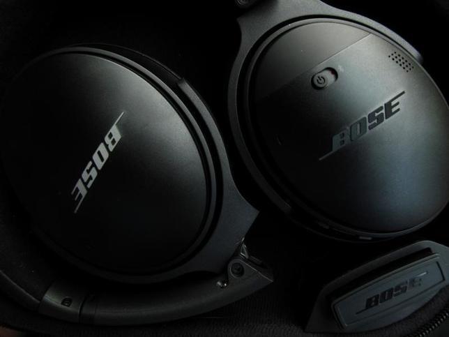 4月19日、米音響大手ボーズのワイヤレス型ヘッドフォンが、利用者が聞いている音楽やポッドキャストなどのデータを無断で収集しているとして、シカゴの連邦地裁に18日提訴された。(2017年 ロイター/Mike Blake )